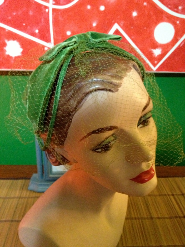 green bandeuax with green veil